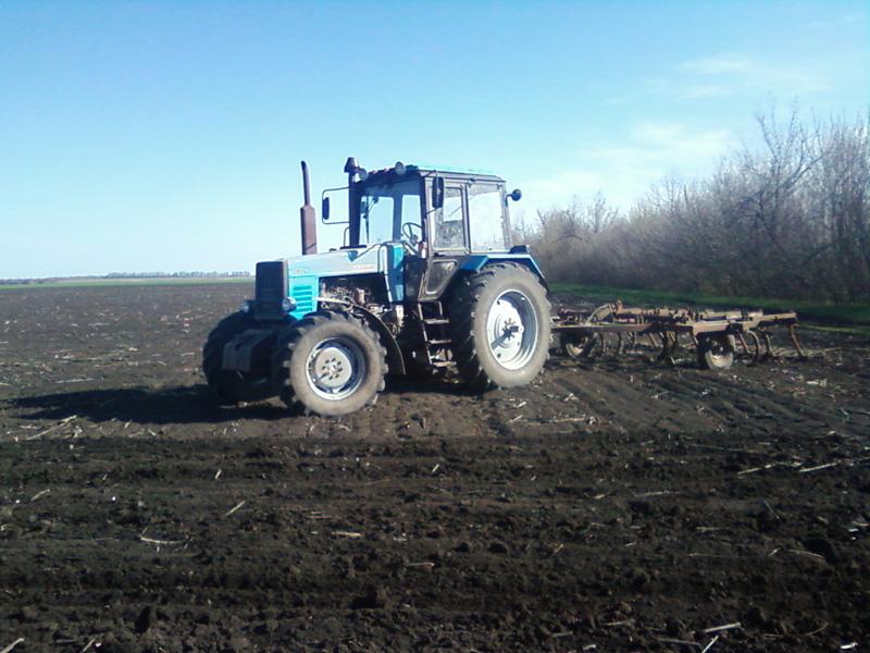 Трактор МТЗ-1221 в поле