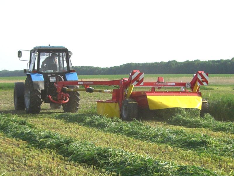 Трактор МТЗ-1221 на уборке
