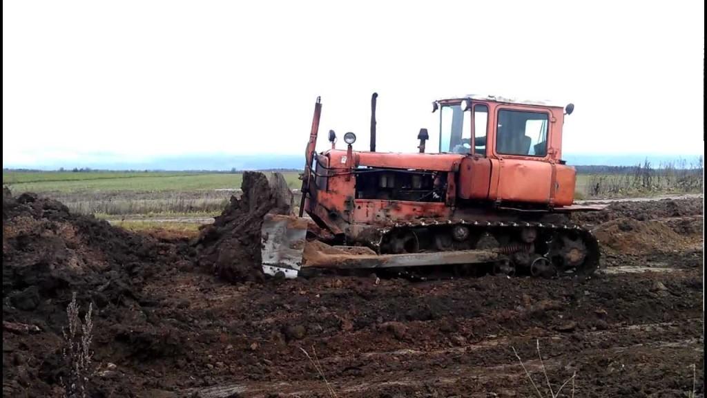 Трактор ДТ-75 в работе