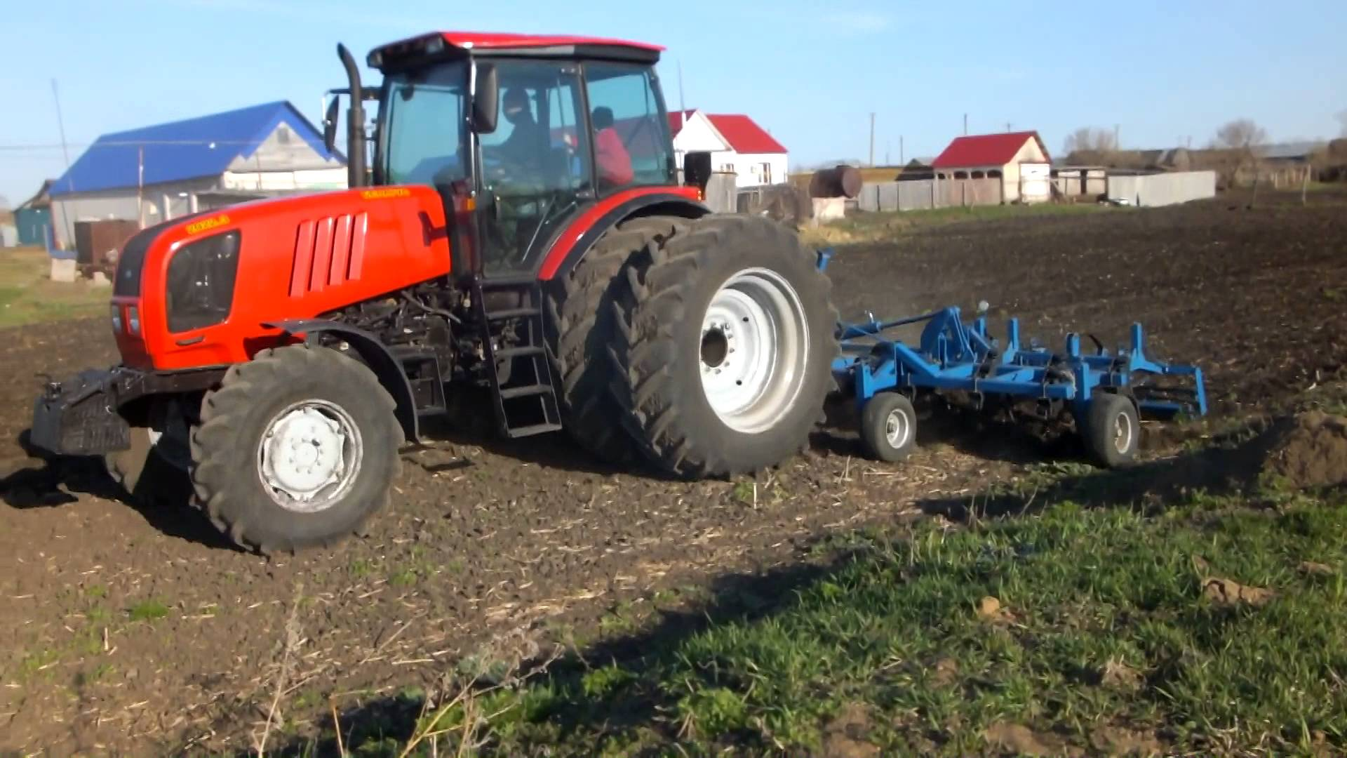 Трактор МТЗ-2022 в работе