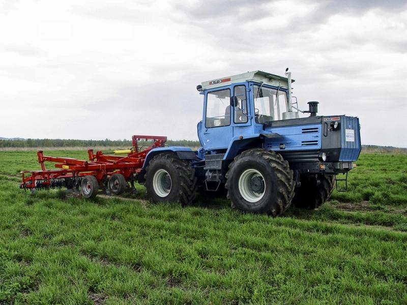 Трактор ХТЗ 17221 в полевых условиях