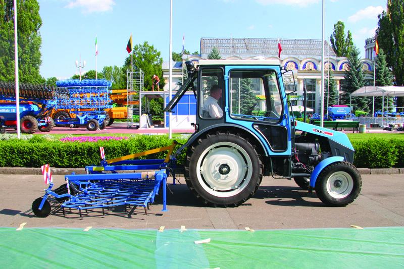 Трактор ХТЗ-3512: вид сбоку