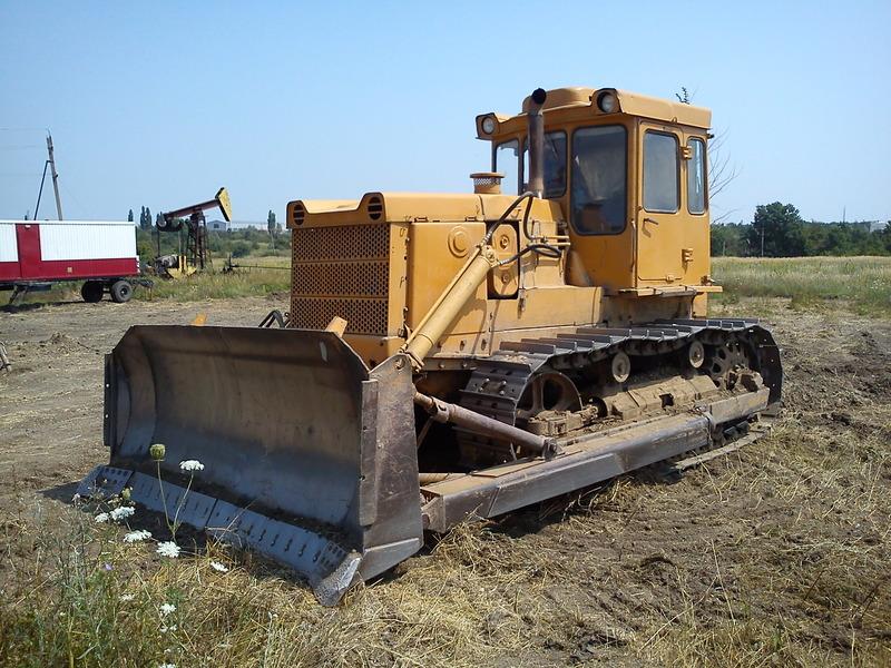 Трактор Т-130 в поле